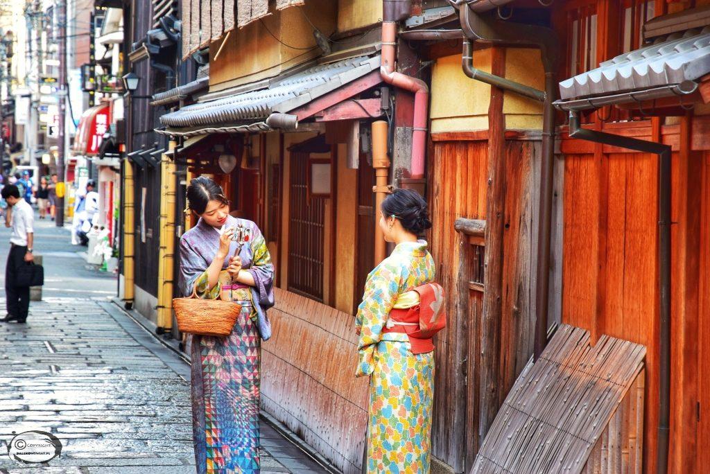 Kobiety w kimono w Gion