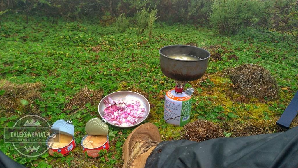 porzadny posilek w terenie makaron z tunczykiem